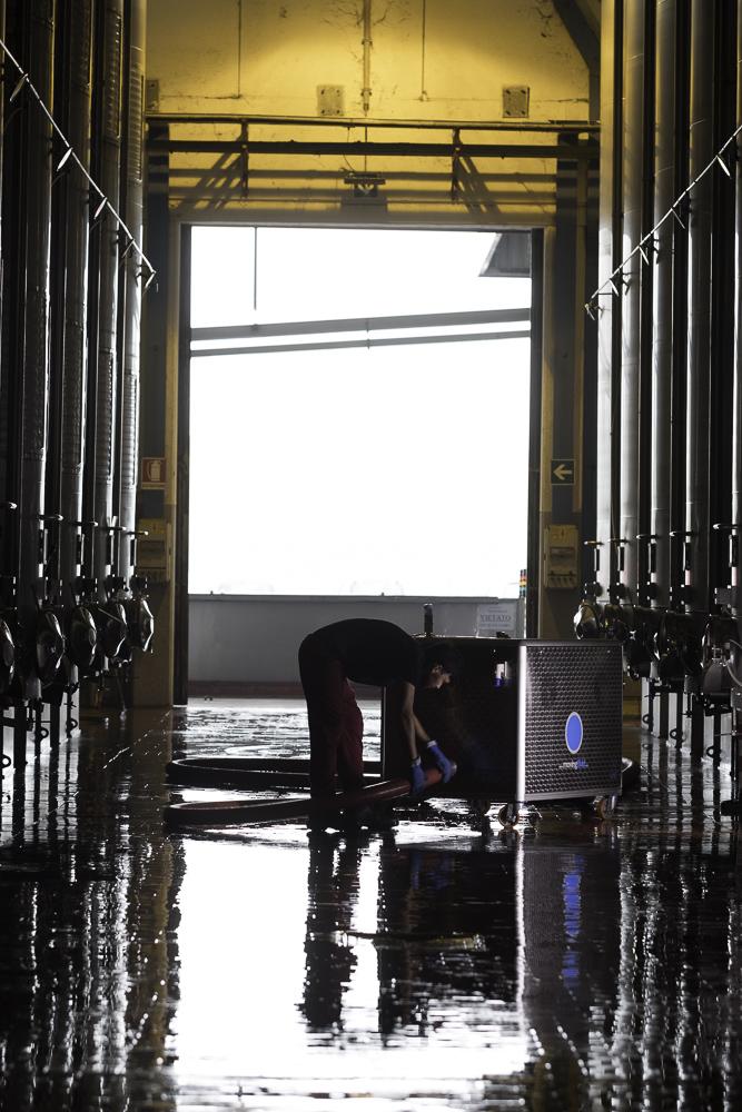 Movingfluid: consulenza tecnica movimentazione fluidi. Operatore al lavoro presso l'impianto.