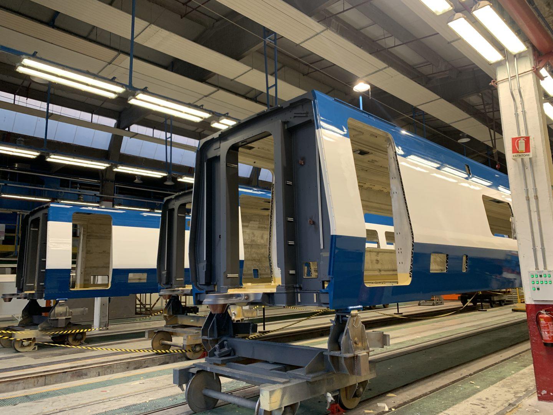 vagone treno nella fase di verniciatura industriale